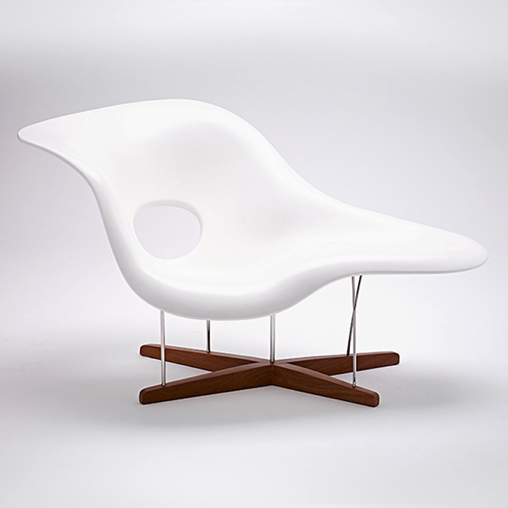 Mulheres em casa Eames_Chaise-la-Chaise-