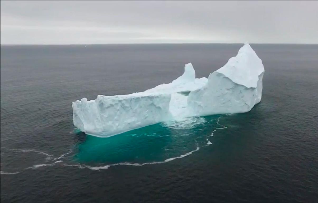 Icebergue enorme dá à costa