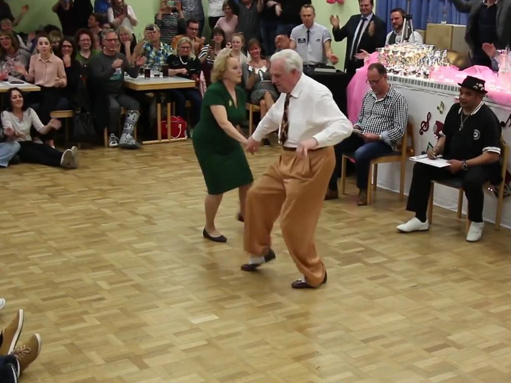 Casal de seniores arrasa a dançar rock'n'roll