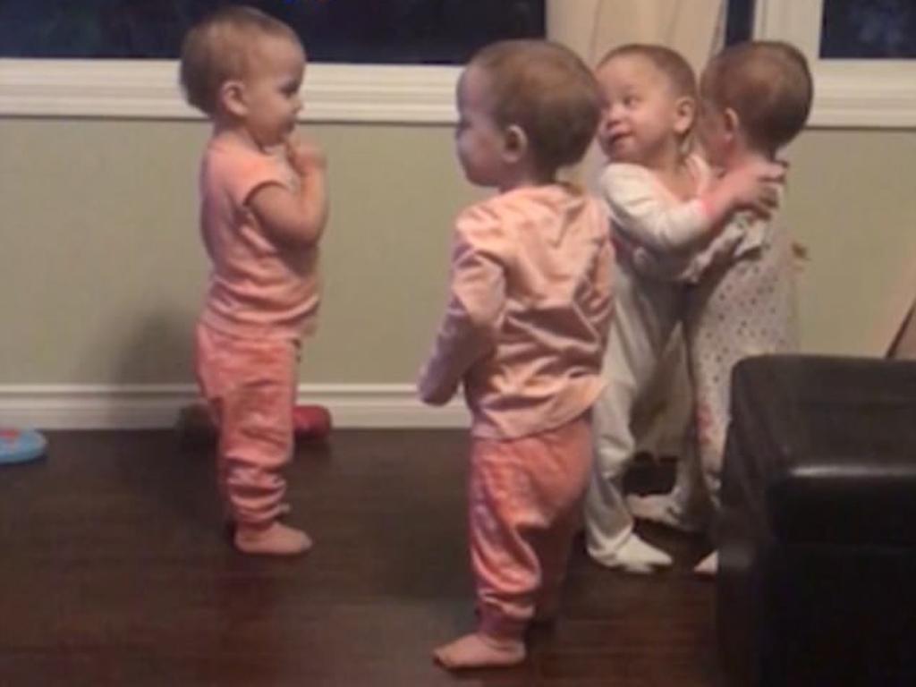 Os abraços entre quatro gémeas que estão a dar que falar