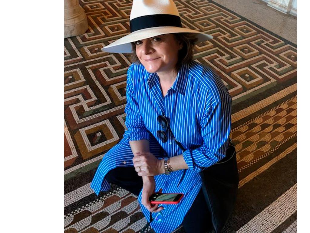 Mosaicos de uma Villa Romana . A arqueóloga mete logo o nariz no chão