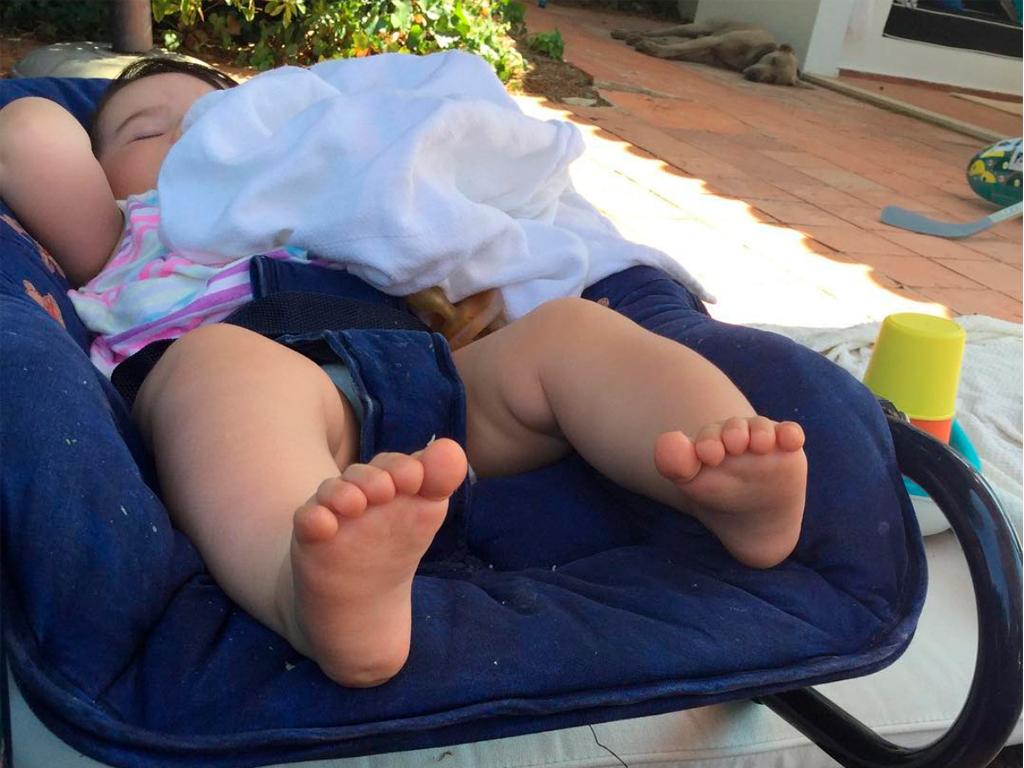 Postais de Fim de Semana. Consegui adormecer a Benedita. Ao fundo, o Trufa. Esse adormeceu sozinho. O sono bendito dos cães felizes . A Francisca estava na piscina. E eu tive uma janela de oportunidade para dormir 10 minutos...