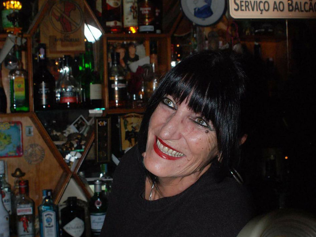 Cher, uma mulher por detrás do bar mais antigo da Ericeira